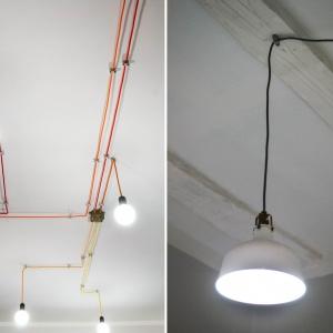 """W ramach """"ocieplania"""" wnętrza architekci wykonali pewną wariację na temat architektury przemysłowej – zamienili surowe czarne lub białe przewody instalacji natynkowej na kolorowe kable w oplocie. Fot. M. Maruszewska"""