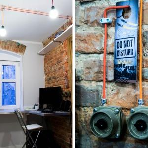 Industrialny klimat mieszkania uzyskano dzięki wyeksponowaniu starej cegły na ścianie, łuków okiennych i nadproży. Klimat ten nieco urozmaicono poprzez nietypowe, nowoczesne rozwiązania -  AGD i meble kuchenne, sztuczną trawę czy mosiężne włączniki. Fot. M. Maruszewska
