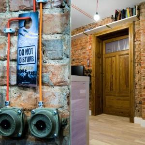 Właścicielowi mieszkania zależało na pozostawieniu i wyeksponowaniu jak największej ilości historycznych już detali architektonicznych. Masywne ościeżnice drzwi były nieco sfatygowane, ale ciągle piękne. Nadal stanowią niezaprzeczalna ozdobę sama w sobie. Fot. M. Maruszewska