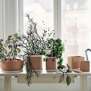 Samopodlewające się doniczki wykonane z terakoty. Kolekcja ANVÄNDBAR projektu Studia Ganszyniec. Fot. IKEA.