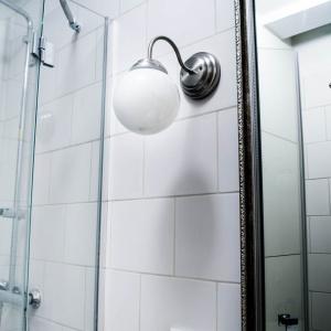 Urządzenie miniaturowej łazienki o powierzchni 3 m² okazało się nie lada wyzwaniem. Białe płytki optycznie powiększyły tę przestrzeń. Fot. M. Maruszewska
