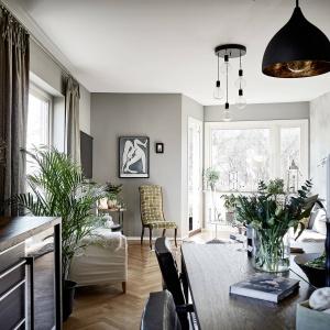 Salon połączony jest z balkonem, do którego wejście usytuowano w niewielkim wykuszu. Fot. Janne Olander/Stadshem.se.