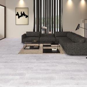 Płytki z kolekcji Wood66, jak sama nazwa wskazuje, imitują swoim wyglądem drewno - tutaj w wersji bielonej zdobią podłogę salonu. Fot. Keraben.