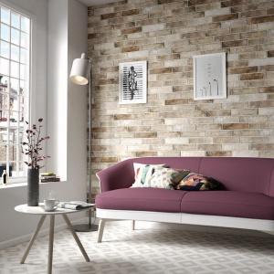 Ścianę w tym salonie zdobią efektowne płytki do złudzenia imitujące naturalną cegłę. Fot. Equipe, płytki z kolekcji District Brick.
