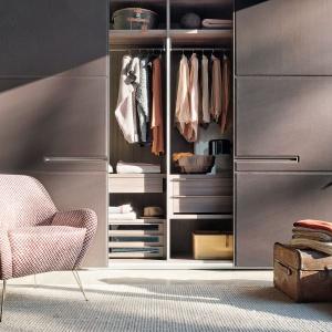Program Warm marki Lema  (proj. David Lopez Quincoces) to propozycja zabudowy garderoby zamkniętej drzwiami przesuwanymi z oryginalnym wypełnieniem. Fot. Lema