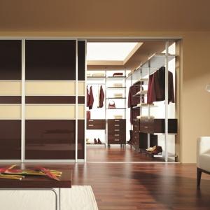Garderobę we wnęce można zabudować wykorzystując system drzwi przesuwnych firmy Komandor. Fot. Komandor