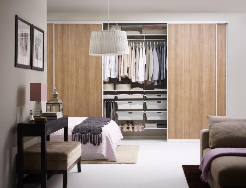 System przechowywania Elfa...  Sypialnia z garderobą – 12 nowoczesnych rozwiązań