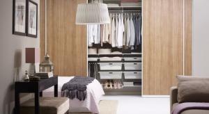 Niezależnie od metrażu sypialnio możemy urządzić w niej praktyczną garderobę: w szafie wnękowej, pod skosem dachowym lub wygospodarować miejsce w korytarzu tuż obok.