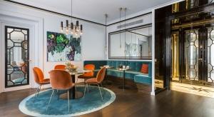 Designerskie meble, żywe kolory i niezwykła lokalizacja w starej kamienicy w centrum Paryża. Musicie zobaczyć to piękne wnętrze!