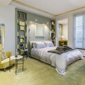 W apartamencie są dwie przestronne sypialnie połączone z dużymi łazienkami w charakterze salonu kąpielowego. Jedną z nich ożywiono kolorem żółtym. Projekt: Gerard Faivre Paris.