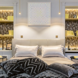 W drugiej sypialni kolor żółty jest jedynie dodatkiem, obecnym w formie tła za półkami po obu stronach łóżka. Projekt: Gerard Faivre Paris.