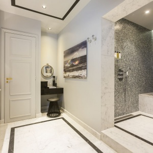 Do dyspozycji gości jest przestronna strefa prysznica zlokalizowana we wnęce. Projekt: Gerard Faivre Paris.