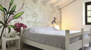 Kwiaty, kwiaty, kwiaty! Czy jest lepszy sposób na to, aby w naszej sypialni zagościła wiosna? Oto proste sposoby na wiosenną metamorfozę.