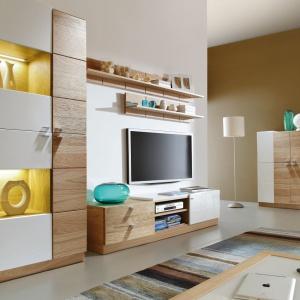 Kolekcja Moderna to meble utrzymane w nowoczesnym, minimalistycznym stylu. Białe fronty na wysoki połysk połączono z fornirem dębowym. Fot. Paged Meble.