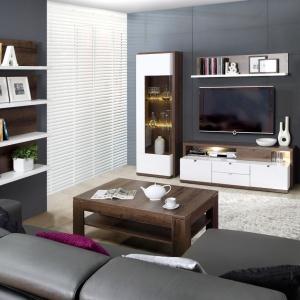 Kolekcja mebli Alcano zwraca uwagę niekonwencjonalną konstrukcją brył. Ciepły, dębowy dekor o wyraźnym rysunku drewna kontrastuje z połyskującą bielą. Fot. Fabryki Mebli Forte.