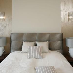 Miękki tapicerowany zagłówek buduje przytulną atmosferę w przestrzeni sypialni. Projekt: Kinga Śliwa. Fot. Bartosz Jarosz