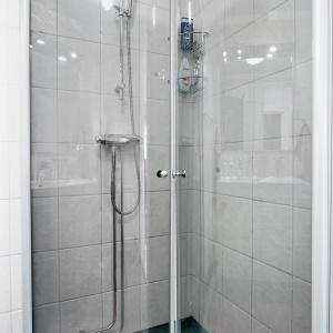 W rogu pomieszczenia urządzono strefę prysznica. Zdjęcia: Svenksfast.se