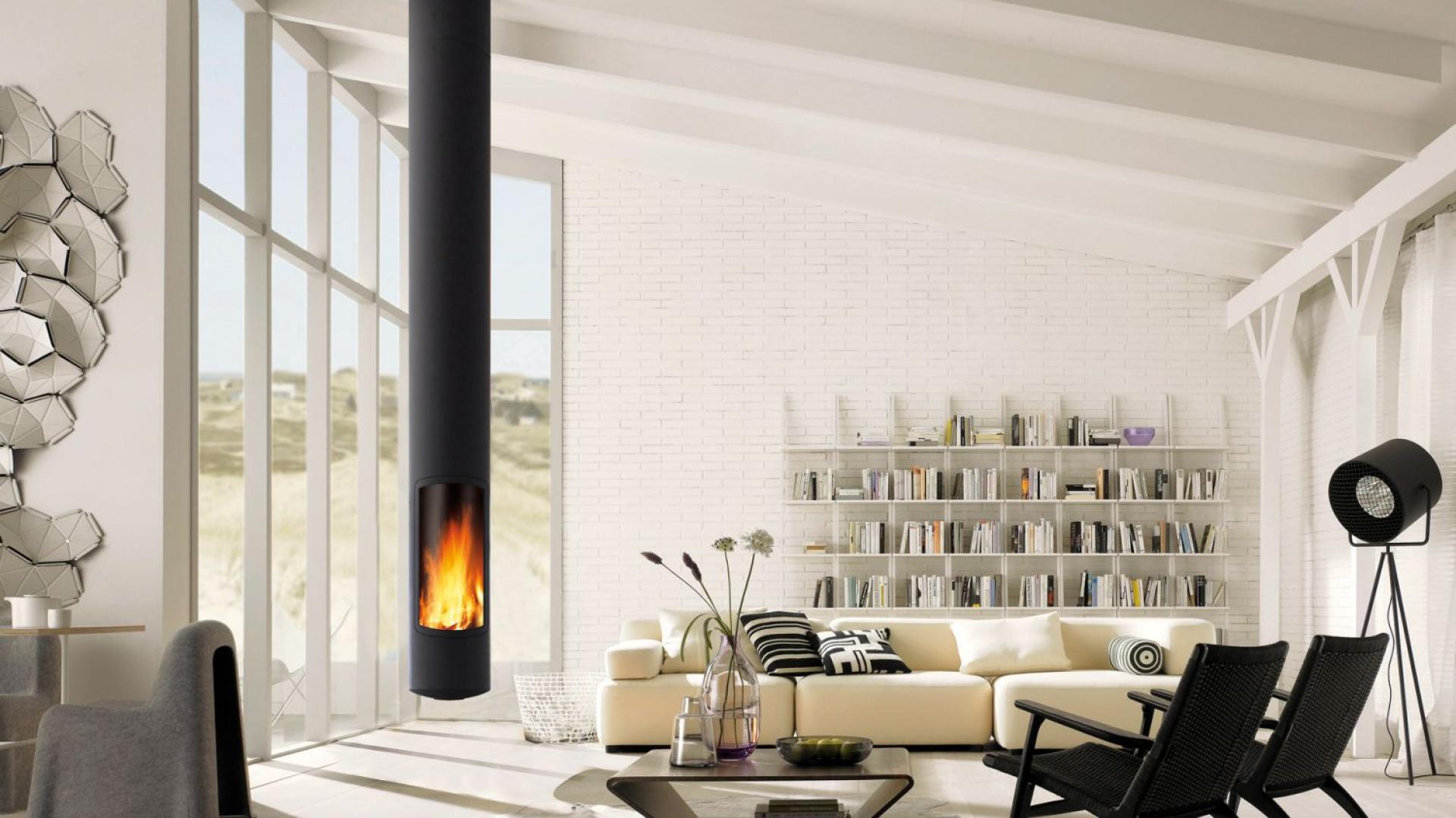 Niezwykle efektowny wiszący kominek o smukłej formie zajął naczelne miejsce w salonie. Fot. Focus/Koperfam, kominek Slimfocus.