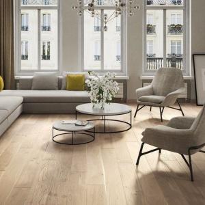 Podłogę w salonie wykończono podwójnie barwionymi deskami z kolekcji Tastes of Life. Fot. Barlinek.