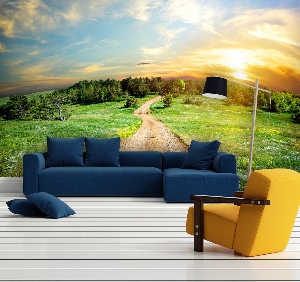 Kolorowy krajobraz nie tylko nadaje aranżacji wnętrza radosny wyraz, ale również sprawia, że salon wydaje się większy dzięki daleko poprowadzonej perspektywie polnej drogi. Fot. Livingstyle