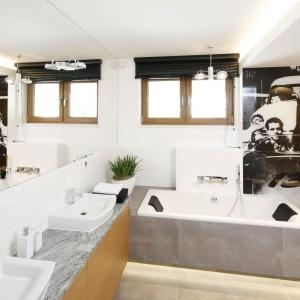 Synowie właścicieli domu mają swoją własną łazienkę – z komfortową wanną z dwoma zagłówkami i dwiema umywalkami. Projekt: Katarzyna Mikulska-Sękalska. Fot. Bartosz Jarosz