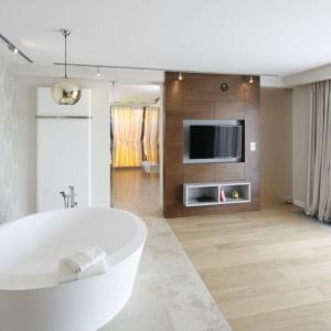 Zażywając gorącej kąpieli domownicy mogą również oglądać telewizję. Projekt: Katarzyna Mikulska-Sękalska. Fot. Bartosz Jarosz