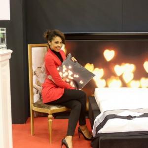 Omenaa Mensah z łóżkiem #HEARTS pochodzącym z najnowszej kolekcji mebli do sypialni #LOVE. W meblu zastosowano technikę nadruku na dekolicie.