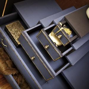 Szafa była najtrudniejszym do wykonania technicznie produktem marki Ammadora. Jej skomplikowana, szkatułkowa konstrukcja jest jednocześnie tym co czyni mebel tak oryginalnym.
