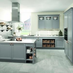 Kuchnia Bristol z frontami w kolorze perłowo-szarym (Pearlgrau) to propozycja do eleganckich, urządzonych klasycznie kuchni. Fot. Häcker