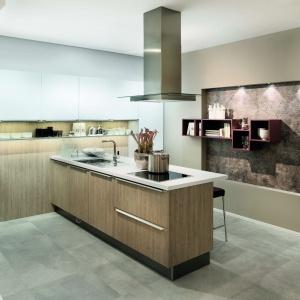 Kuchnia AV1095 Eiche Seidengrau. Ciepłe fronty drewniane lub pokryte naturalnym fornirem, to rozwiązanie ponadczasowe i pomimo panującej mody na minimalizm, doskonale prezentuje w najnowszych aranżacjach kuchennych. Fot. Häcker