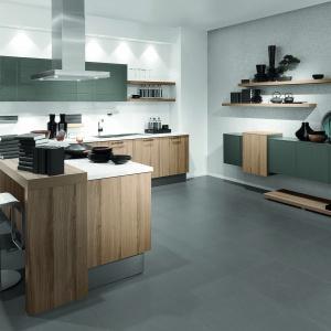 Kuchnia AV1095 Eiche Provence. Model z półwyspem to dobre rozwiązanie do mniejszych kuchni. Fot. Häcker