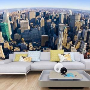 Krajobraz Nowego Jorku widziany z lotu ptaka wprowadza do salonu wrażenie, że pokój jest wypełniony świeżym powietrzem. Szczyty drapaczy chmur wpisują się w nowoczesną aranżację wnętrza. Fot. Dekowizja.pl