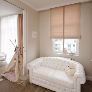 Mięciutka, przytulna sofa podkreśla przyjemny, ciepły wystrój pokoju. Projekt: Karolina Łuczyńska. Fot. Bartosz Jarosz