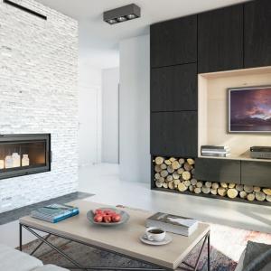 Dopełnienie koncepcji wnętrza Domu w limetkach stanowi złamana biel aranżacji przestrzeni kominkowej dla wkładu narożnego Maja, co znacząco rozświetliło salon, a zastosowana cegła dodała wnętrzu indywidualnego charakteru. Fot. archonhome.pl