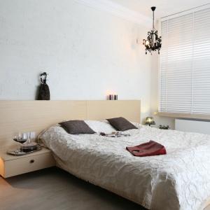 W sypialni w stylu glamour przeciwwagę dla jasnych okładzin i mebli stanowią czarne lampy. Projekt: Jarosław Jończyk, Monika Włodarczyk. Fot. Bartosz Jarosz