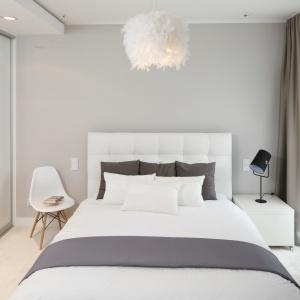 Nowoczesna sypialnia dla młodych jest jasna a zarazem przytulna. Projekt: Małgorzata Galewska. Fot. Bartosz Jarosz