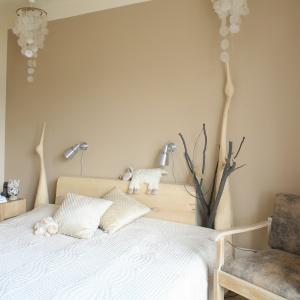 Jasne kolory oraz meble i dekorach wykonane z drewna podkreślają naturalny styl aranżacji sypilani. Projekt: Marta Kruk. Fot. Bartosz Jarosz