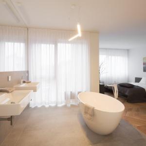 Sypialnię master otwarto na przestronny salon kąpielowy z elegancką wolno stojącą wanną. Fot. Nickel Development