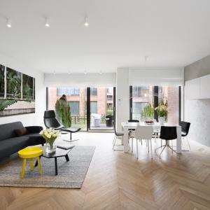 Jako centrum domowego życia zaplanowano otwartą strefę dzienną z eleganckim salonem, jadalnią i aneksem kuchennym. Fot. Nickel Development