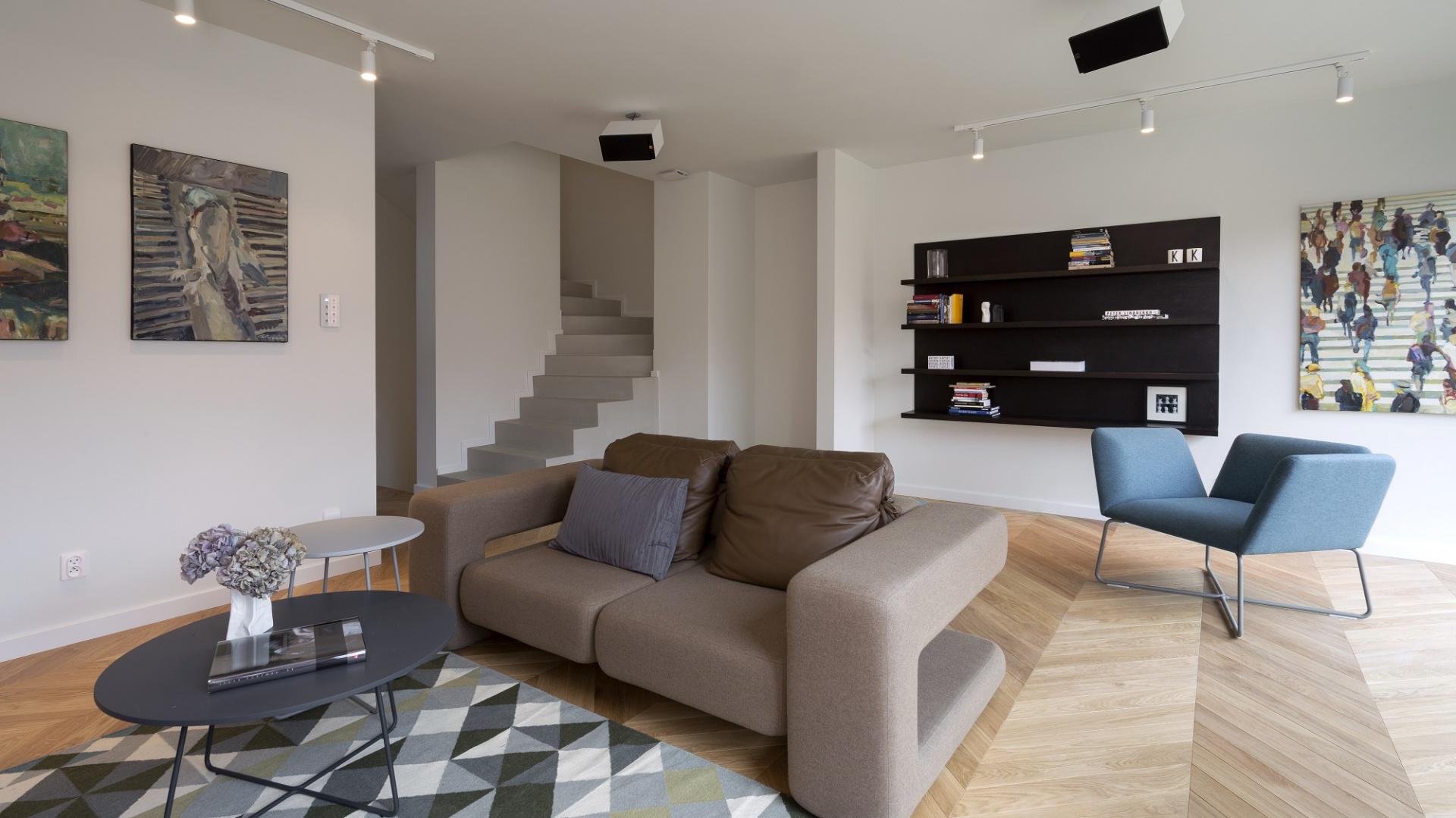 Wnętrze domu urządzono w oszczędnym, nowoczesnym stylu. Minimalizm aranżacji uzupełniają geometryczne motywy. Fot. Nickel Development