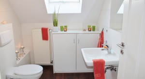 Urządzając łazienkę wciąż najczęściej wykorzystujemy płytki ceramiczne – są odporne na wilgoć i łatwe w czyszczeniu, ale… powoli wychodzą z mody. Na ich miejsce do łazienek coraz częściej trafia drewno oraz wykładziny LVT.