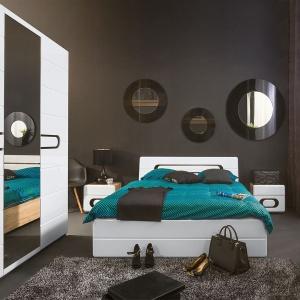 Nowoczesna kolekcja Byron Black Red White łączy połysk białych frontów z kolorem drewna i uchwytami wykonanymi z czarnego szkła hartowanego. Łóżko, szafy, praktyczne komody i szafki nocne pozwolą urządzić modne wnętrze pełne funkcjonalnych rozwiązań. Fot. Black Red White