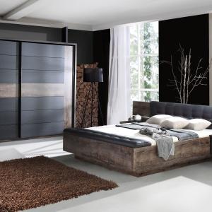 Dzięki połączeniu ciemnych dekorów dąb szlachetny i dąb czarny oraz oświetleniu w wezgłowiu łóżka sypialnia Recover Forte z oferty Salonów Agata wprowadza do wnętrza klimat luksusu. Tapicerowane elementy na wezgłowiu łóżka i ławeczce z czarnej ekoskóry. Fot. Forte