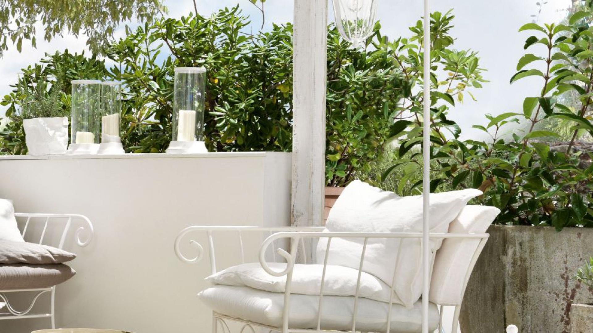 Gięte, metalowe podstawy mebli w połączeniu z puchatymi poduchami w odcieniach bieli i lnu zapraszają do wiosennego wypoczynku na łonie natury. Kolekcja: Bahamas. Fot. Cantori