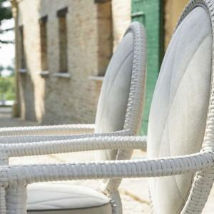 Fotele ogrodowe z kolekcji Canopo. Ich urodę podkreślają ręcznie oplatane nóżki, do których dobrano siedziska z kremowej tkaniny. Wyglądają tak, jakby zostały wyniesione do ogrodu prosto z domu. Fot. Samuele Mazza
