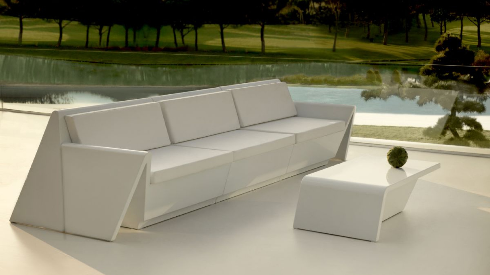 W kolekcji Rest inspirowanej sztuką origami meble z nowoczesnego tworzywa uzupełniono o miękkie siedziska i oparcia. Fot. Vondom