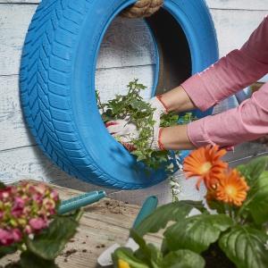 Krok 7: Posadź wybrane kwiaty w oponie. Mogą być całoroczne lub sezonowe. Fot. Praktiker