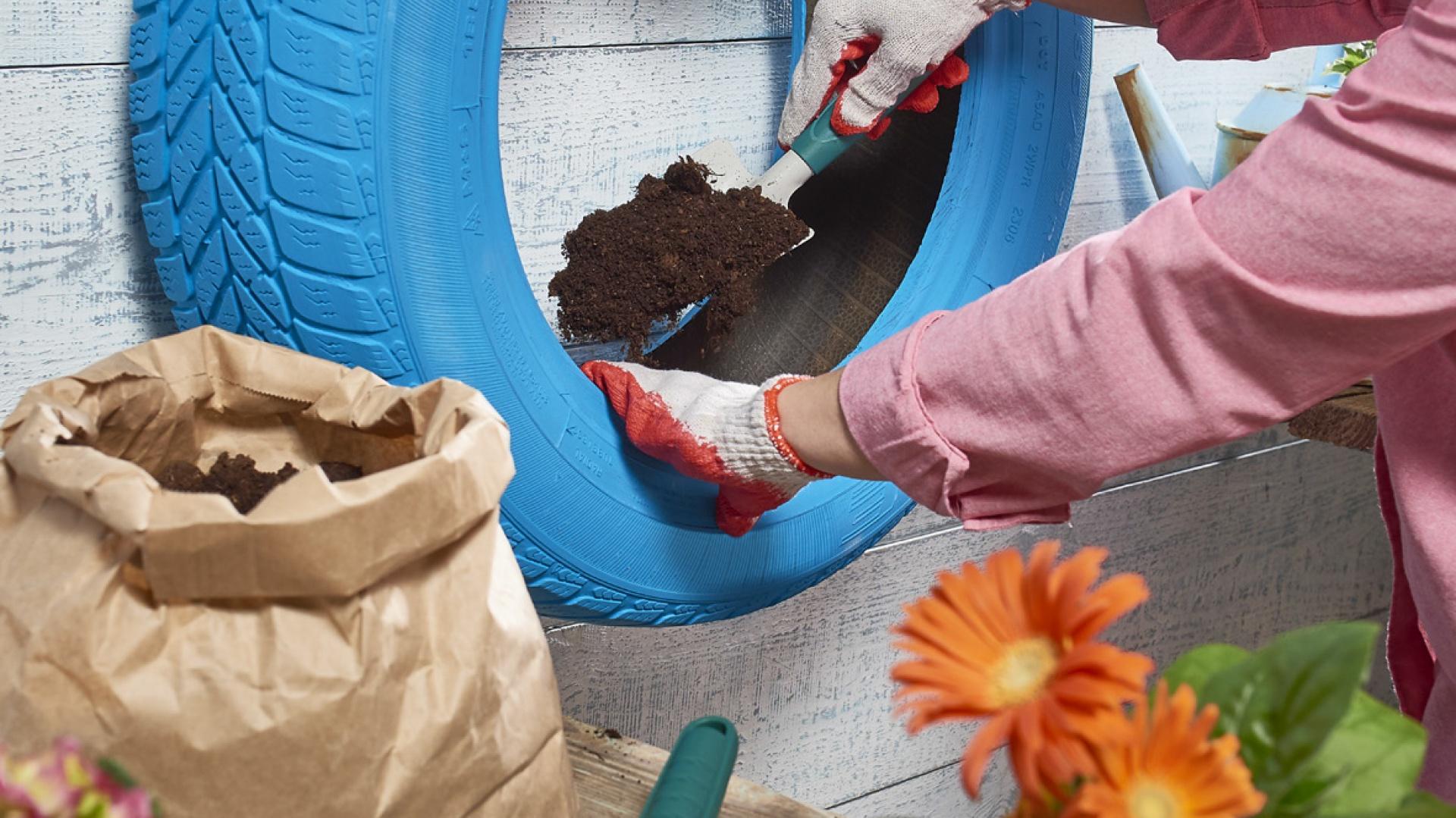 Krok 6: Nasyp ziemi do opony, nie zapominając o warstwie drenażu na dnie (np. keramzyt, drobne kamyczki). Fot. Praktiker