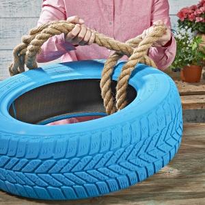 Krok 3: Na oponie wykonaj węzeł lub pętlę z grubej liny. Fot. Praktiker