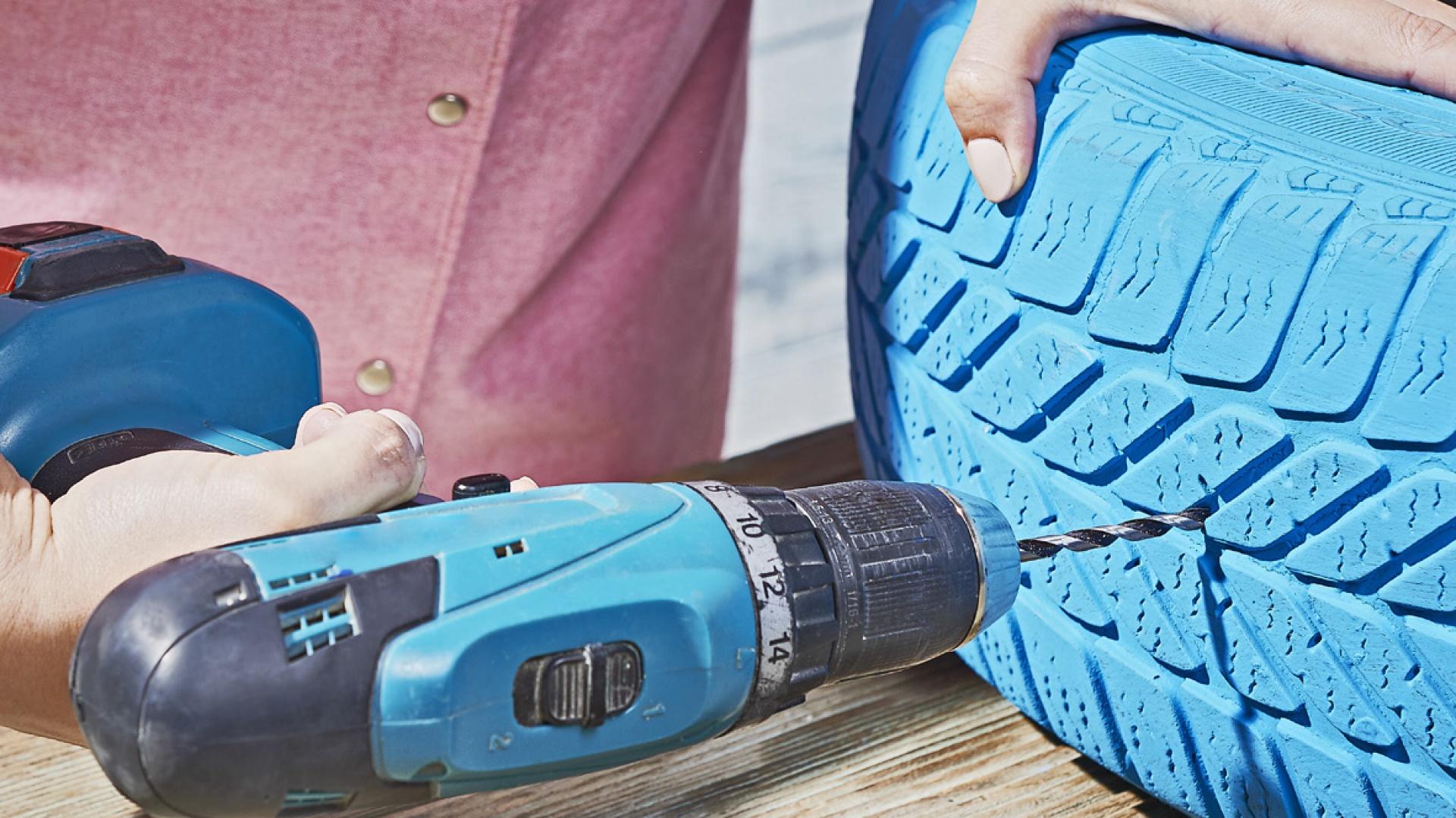 Krok 2: Za pomocą wkrętarki zrób otwory w oponie, aby zapewnić odpływ nadmiaru wody. Fot. Praktiker